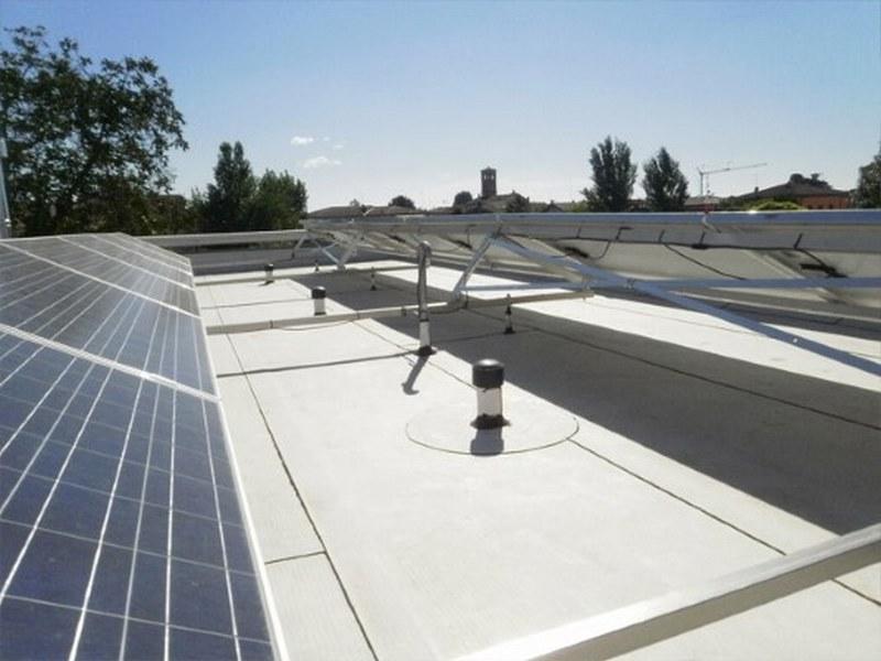 Sistema di telai e pannelli fotovoltaici posati su barre sigillate con Derbiconnect