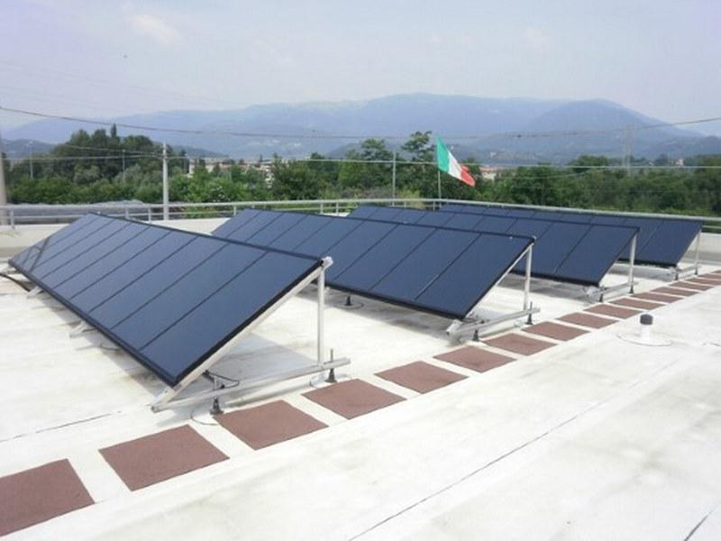 Telai e pannelli fotovoltaici posati su barre sigillate con passacavi tradizionali