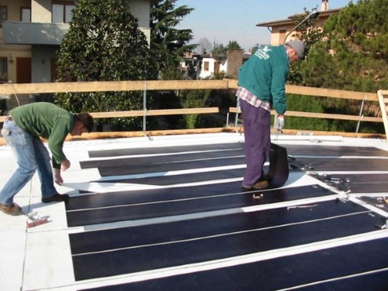 Asportazione della carta siliconata dalla striscia di fotovoltaico amorfo