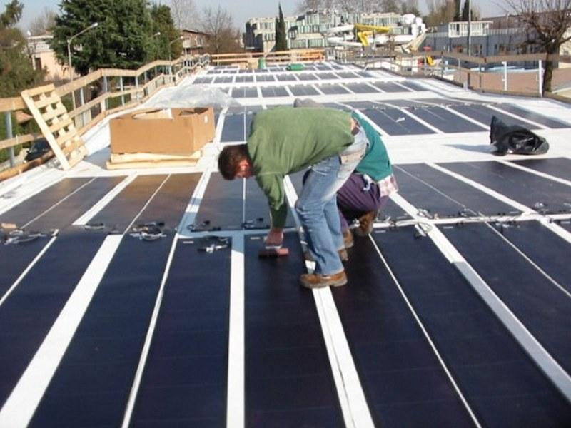 Fase di rullatura per incollaggio della striscia di fotovoltaico