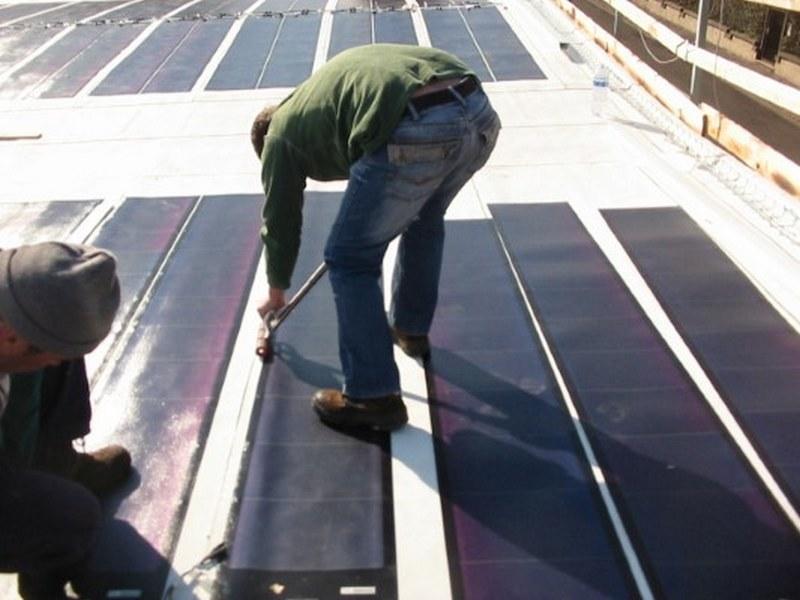 Le strisce di fotovoltaico sono attentamente pressate e incollate sui bordi