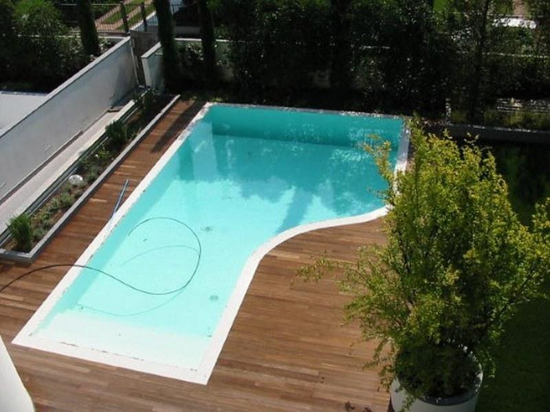Pavimento in doghe di ipe' lapacho su contorno piscina a sfioro
