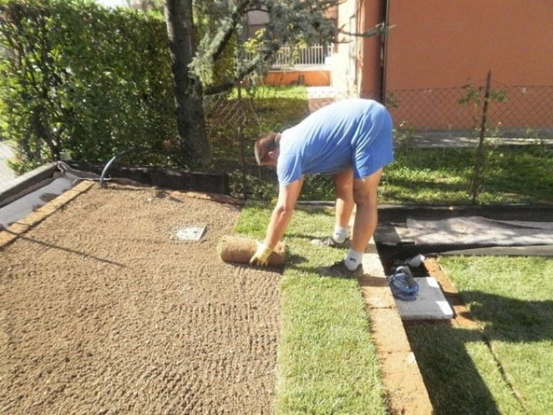 Fasi di posa del tappeto erboso pronto in zolla