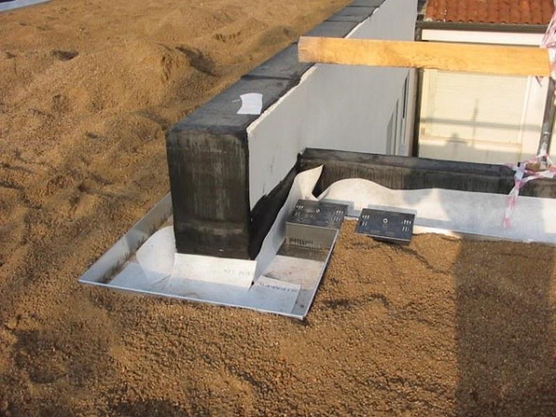 Particolari di drenaggio su tetto verde tra substrato e fascia di ghiaia