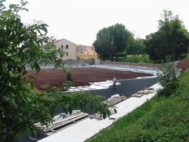 Fasi di lavorazione su giardino estensivo di grandi dimensioni