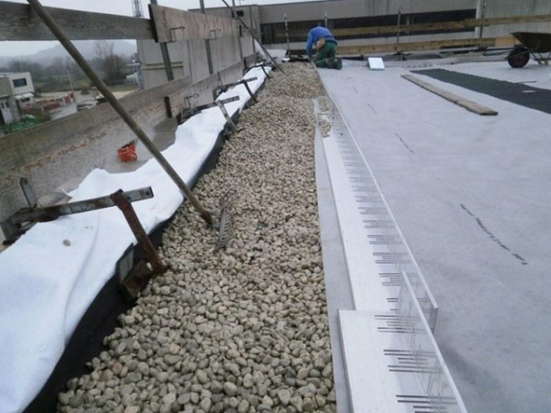 I tetti verdi o giardini estensivi necessitano della fascia di ghiaia perimetrale