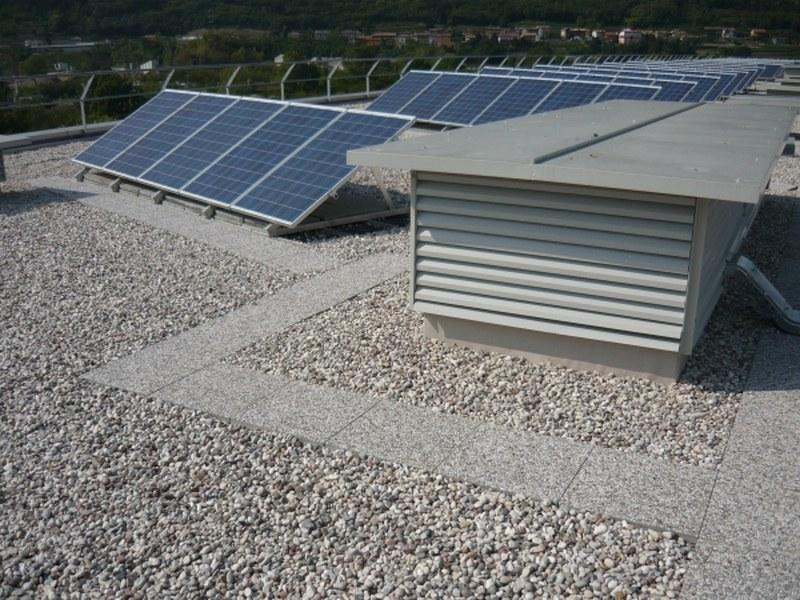 Area 22 a Rovereto, impianto fotovoltaico zavorrato su membrana di poliolefine