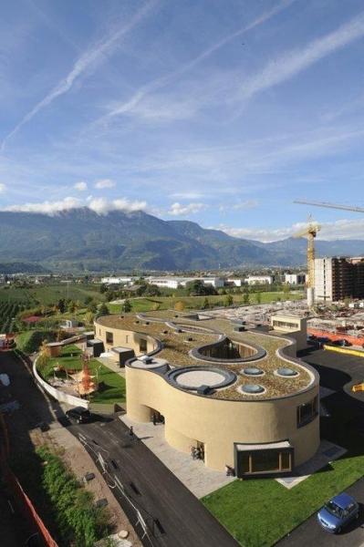 Polo Infanzia a Bolzano - pacchetto termoimpermeabile della copertura con isolamento in PIR, manto in polielofine e tetto verde